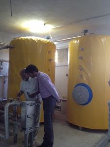 Solartanks im Heizraum des Hotels Menara